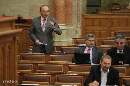 Szekeres Imre a megfogyatkozott MSZP-frakcióban