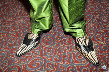 Ez a kép magáért beszél: hirtelen-zöld nadrág, kígyós, hegyes orrú cipő