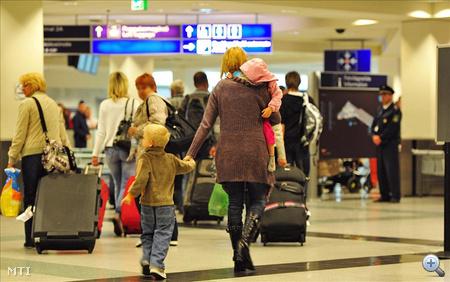 Vasárnap éjjel érkeztek meg annak a magyar turistacsoportnak a tagjai, amelynek egy része 2011. november 6-án este közúti balesetet szenvedett az egyiptomi Hurgadában.
