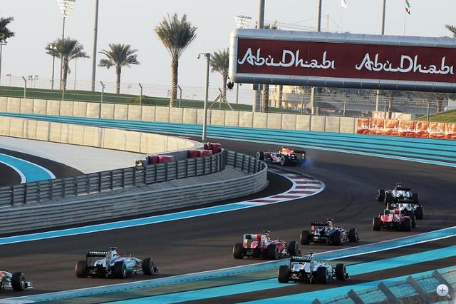 Vettel jól elkapta a rajtot, de a kerékvető betett neki