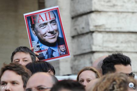 Az MTI római tudósítója szerint az alsóház épülete és Berlusconi rezidenciája, a Grazioli-palota előtt délutántól gyülekezett a miniszterelnökről véleményt nyilvánító és távozását ünneplő tömeg.