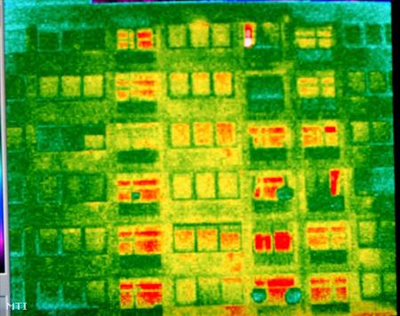 Hőkamerás felvétel panel lakásokról. A piros szín a meleg hőáramlást mutatja.