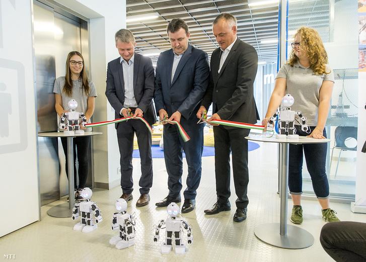 Palkovics László innovációs és technológiai miniszter (középen) átadja a Mobiliy digitális interaktív bemutatót és kiállítást a győri Mobilis központban 2018. október 7-én.