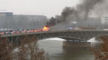 Kigyulladt egy autó a Petőfi hídon, az oltás idejére lezárták a hidat