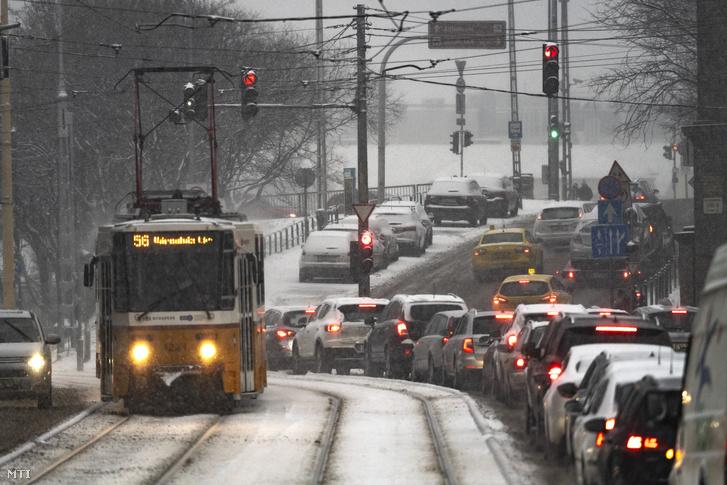 Villamos halad a behavazott Krisztina körúton 2019. január 8-án.