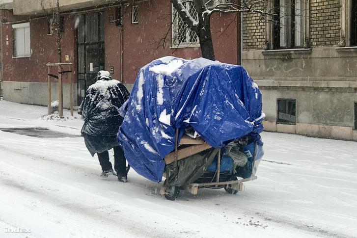 Utánfutós kerékpárját tolja egy férfi Óbudán, 2019. január 8-án.