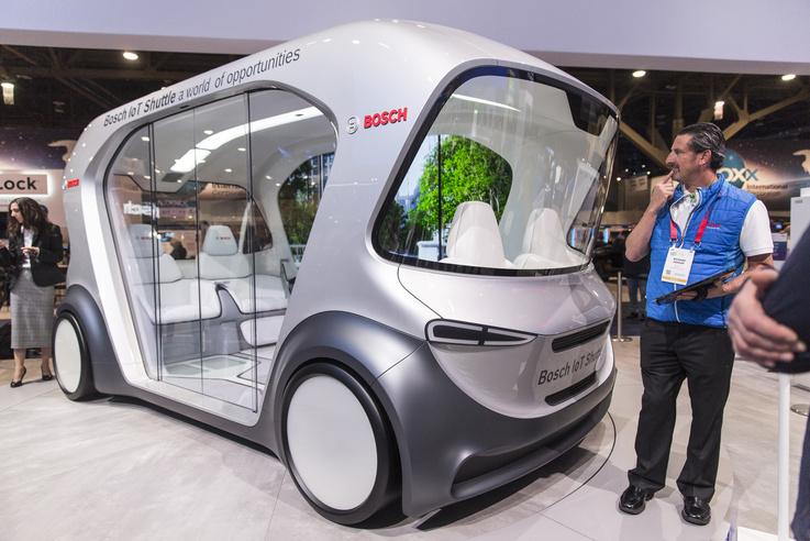 A Bosch IoT Shuttle elektromos, sofőr nélküli kisbusza megérkezik a felhasználóhoz, Annához,