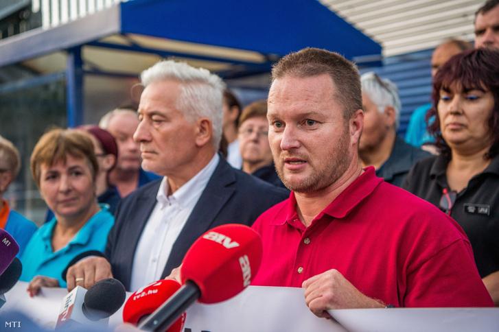 Palkovics Imre, a Munkástanácsok elnöke (b2) és Bubenkó Csaba, a Kereskedelmi Dolgozók Független Szakszervezetének (KDFK) elnöke (j) sajtótájékoztatót tart a Tesco-sztrájkról a Fogarasi úti Tesco áruház személyzeti bejáratnál 2017. szeptember 8-án.