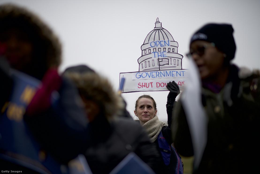 Szövetségi alkalmazottak tartottak tüntetést Philadelphia-ban, követelve a kormányzati leállás megszüntetését 2019. január 8-án