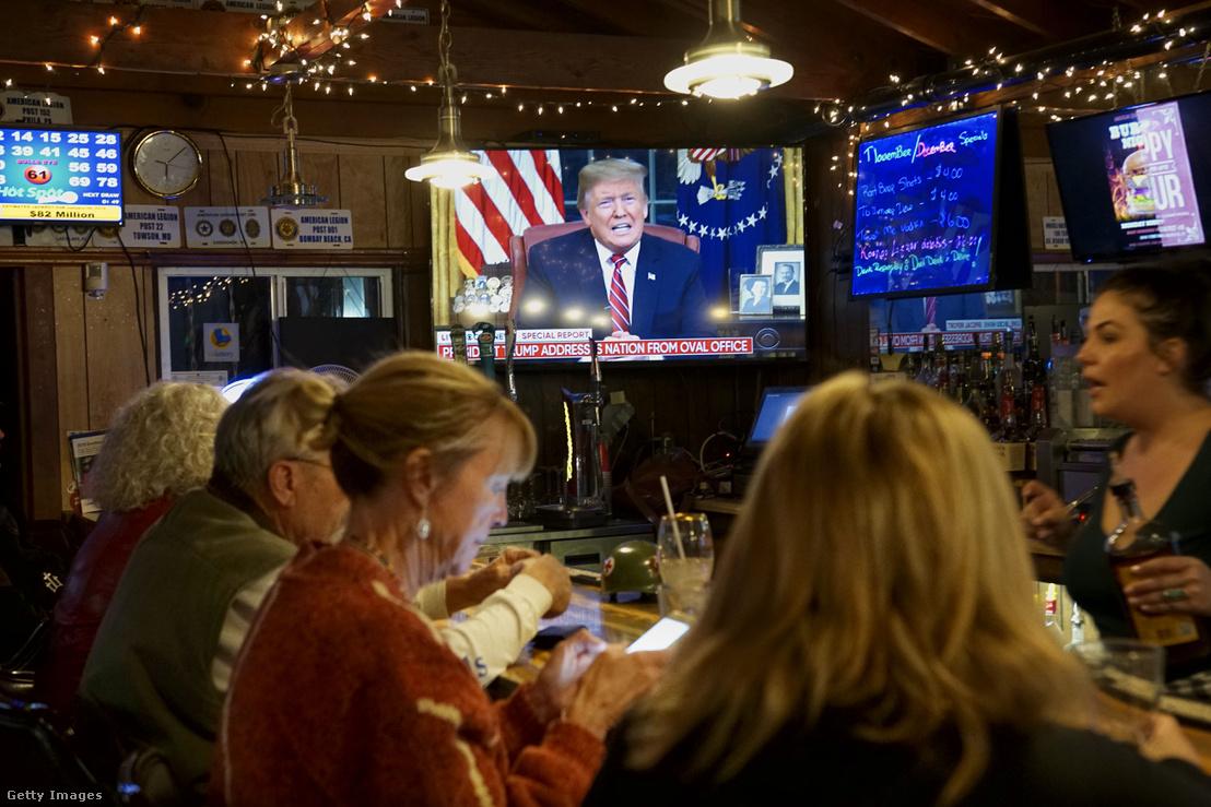 Az amerikai Legion Post 416 tagjai nézik a televízióban Donald Trump beszédét, Kaliforniában 2018. január 8-án