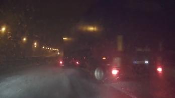 Több baleset volt az autópályákon, a vonatok többnyire tartják a menetrendet