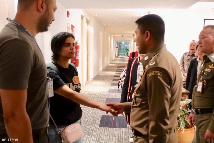 Rahaf Mohammed al-Kununt üdvözli a Thai menekültügyi hatóság Bangkokban 2019. január 7-én