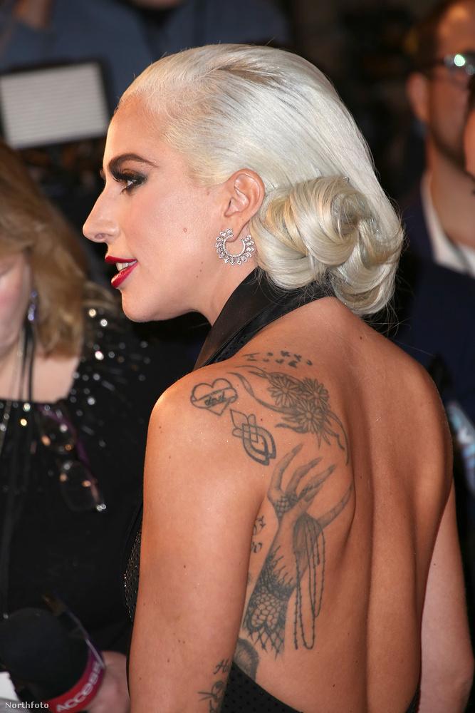 Ezt a képet azért tettük ide, mert hátha mást is érdekel egy olyan fotó, amin jól meg lehet nézni Lady Gaga válltetoválását.