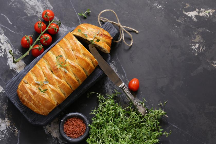 Leveles tésztában sült, fűszeres darált hús: finom és különleges