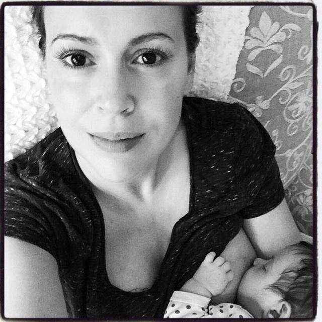 És hát nem csak joguk van szoptatni a nőknek, hanem mondhatni kötelező is megetetniük az újszülött gyermeküket.Egy 2017-es tanulmány szerint a csecsemő egészségét is védi az anyatej, de nem mellékesen az anya szív- és érrendszeri betegségeinek kockázatát is csökkentheti a szoptatás.(Alyssa Milano)