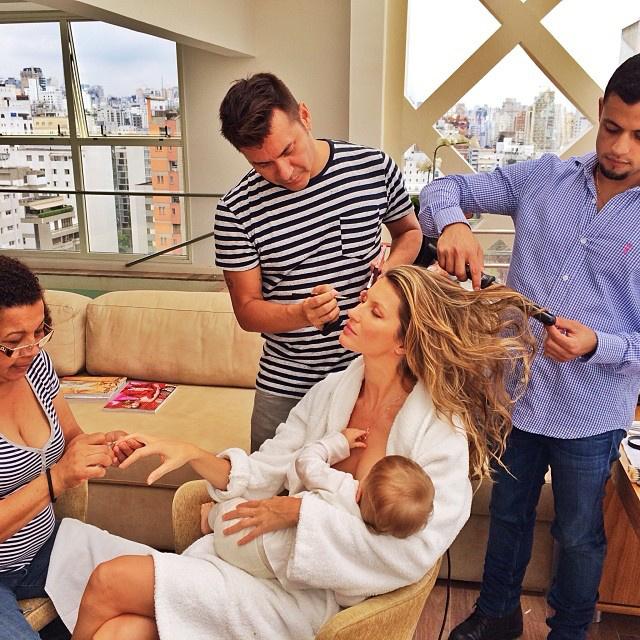 Azért jó, ha anyatejjel táplálják a babát, mert- az ilyen gyerekek jóval ritkábban kapnak hasmenést vagy tüdőgyulladást,- ritkábban válnak túlsúlyossá,- a szoptatás csökkenti a szívbetegségek, cukorbetegség és az allergia kialakulásának kockázatát,- az anyatej segíti az egészséges agyi fejlődést.(A képen Giselle Bündchen.)(via)