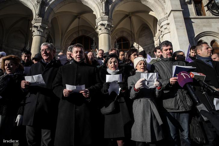 A Jobbik, az MSZP, a DK, a Párbeszéd, az LMP és a Momentum vezetői és képviselői közösen álltak ki, és kérték szimpatizánsaikat, hogy vegyenek részt a szombati összellenzéki tüntetésen.