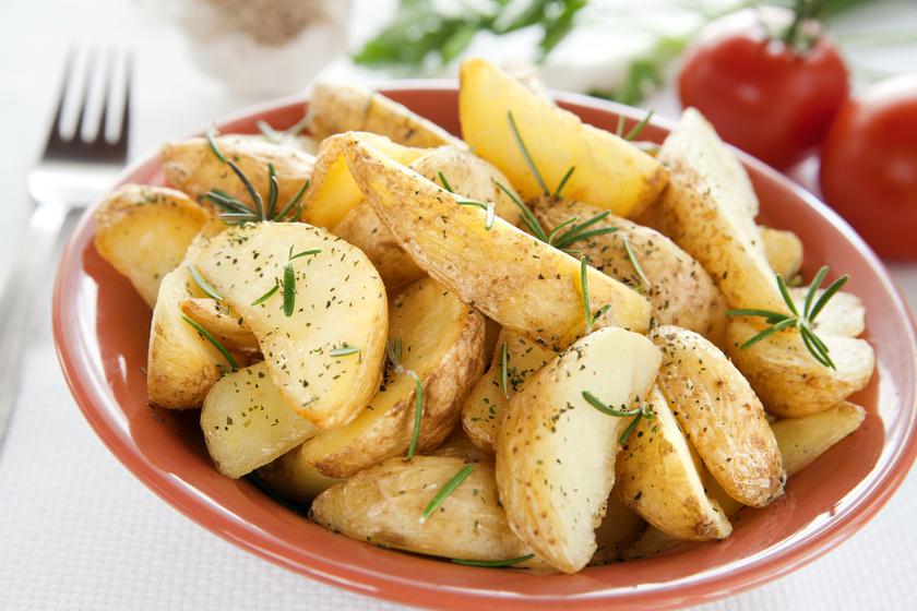Rozmaringos sült krumpli olajszag nélkül, tepsiben sütve
