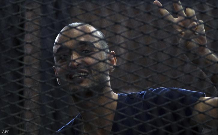 Ahmed Dúma 2014. június 15-én a bíróság előtt, Kairóban
