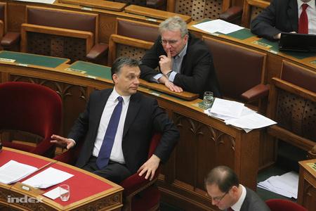 Orbán Viktor és Pokorni Zoltán a parlamentben