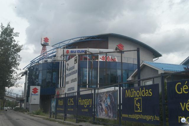 Itt még dübörgött az üzlet a Suzuki Ásznál. A megszűnés óta viszont folyamatosan pusztul az épület.