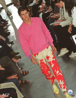 Paul Smith bemutatója Párizsban. Az ezredfordulón kezdett elterjedni a metroszexuális kifejezés, és a metroszexuálisok egyik első ismertetőjele az volt, hogy fel mertek venni rózsaszín ruhadarabokat. Persze ha rózsaszínnek hívták volna őket, csak a melegek vették volna meg, ezért a hivatalos kifejezés lazacszínű volt erre