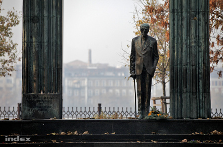 A Károlyi-szobor