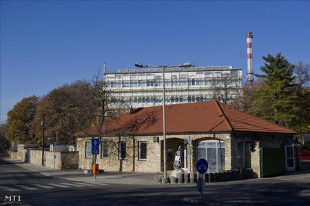 A telephely bejárata. A csillebérci telephelyen (a KFKI területén) működő izotópgyár kéményén keresztül hónapokon át az elvártnál nagyobb mértékben szökött a jód-131 izotóp, amelyet orvosi célra, elsősorban a pajzsmirigy vizsgálatára és gyógyítására alkalmazzák.