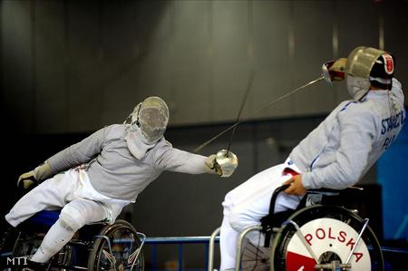 2008. szeptember 17. Mató Gyula a lengyel Radoslaw Stanczuk ellen vív a pekingi paralimpián.