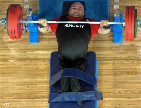 2008. szeptember 16. Sas Sándor gyakorlata az erőemelők +100 kilogrammos súlycsoportjában a pekingi paralimpián.