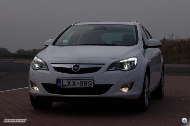Opel adaptív fényszórója LED-es menetfénnyel