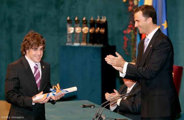 Fernando Alonso megkapja Fülöp koronahercegtől az Asztúria hercegnője díjat 2005. október 21-én