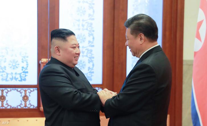 Kim Dzsong Un észak-koreai vezető (b) és Hszi Csin-ping kínai elnök kezet fog a pekingi Nagy Népi Csarnokban 2019. január 10-én.