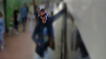 Keresnek egy férfit, aki gázt fújt be egy metrókocsiba