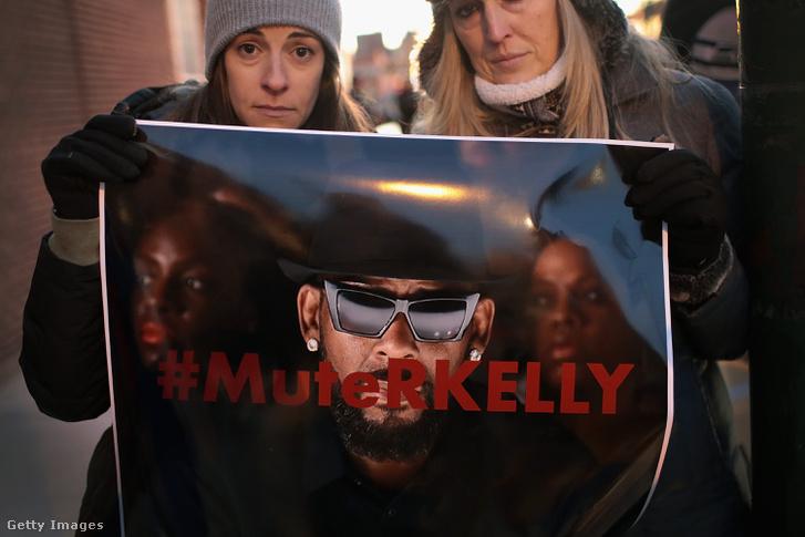 Tüntetők R. Kelly Chicago-i stúdiójánál, 2019. január 9-én