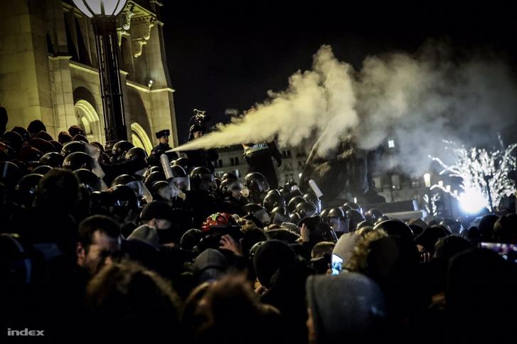A rendőrök könnygázzal próbálták kiszorítani a Kossuth térről a tüntetőket 2018. december 12-én