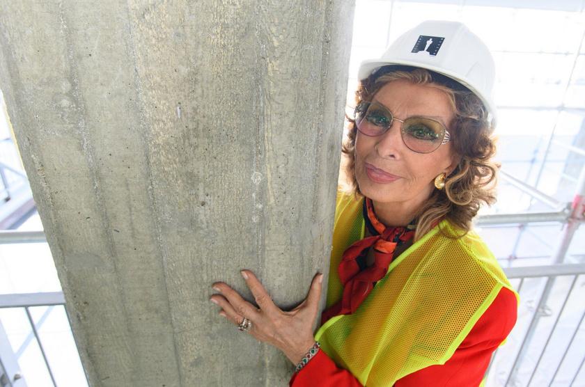 Szeretnénk mi is így kinézni 84 éves korunkban - Sophia Loren még mindig igazi díva.