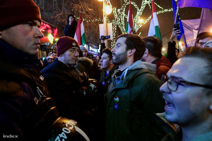 Fekete-Győr András a túlóratörvény elleni tüntetésen