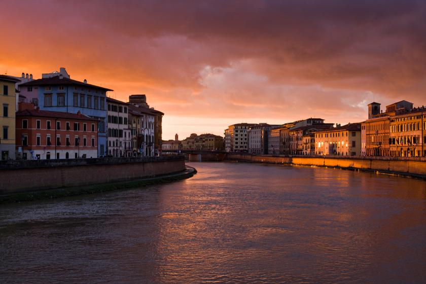 Pisa, Olaszország. Csodálatos naplemente 2018 első napján.