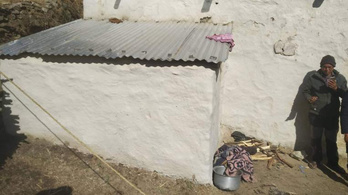 Kunyhóba száműzték menstruációja alatt, füstmérgezésben meghalt a nepáli nő és két gyereke