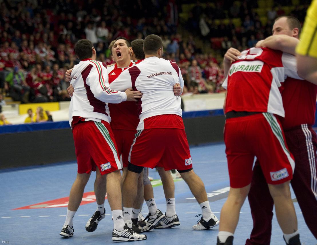 A magyar férfi kézilabda-válogatott játékosai győzelmüket ünneplik a norrköpingi Himmelstalundshallenben 2011. január 15-én, a svédországi férfi kézilabda-világbajnokság második fordulójában, a B csoportban játszott Magyarország-Norvégia mérkőzés végén.