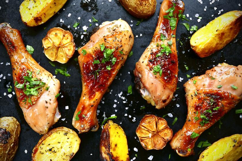 Omlós, szaftos, fokhagymás csirkecomb: süsd vele a köretet is