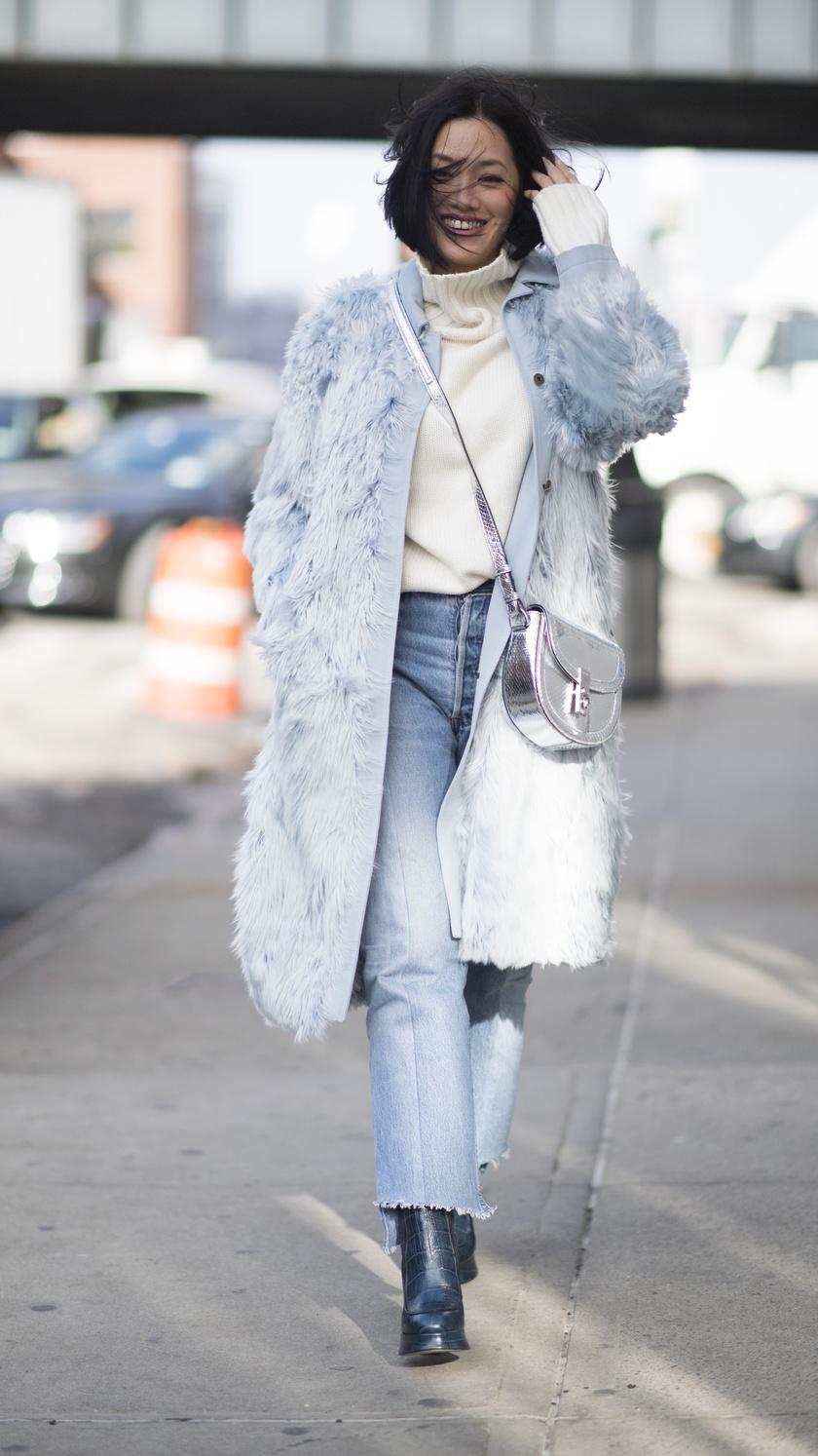 A világos árnyalatú farmert kombináld halvány, púderszínű felsővel és kabáttal. Rendkívül romantikus és nőies lesz az összhatás. Még sikkesebb lehetsz idén, ha fehér cipőt választasz hozzá.