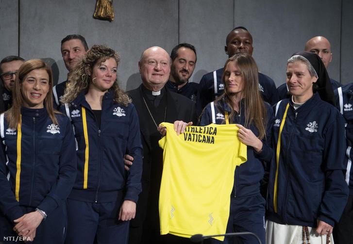 Az Athletica Vaticana a szentszéki sportklub tagjai között Gianfranco Ravasi bíboros a Kultúra Pápai Tanácsának elnöke egy vatikáni sajtóértekezleten 2019. január 10-én.