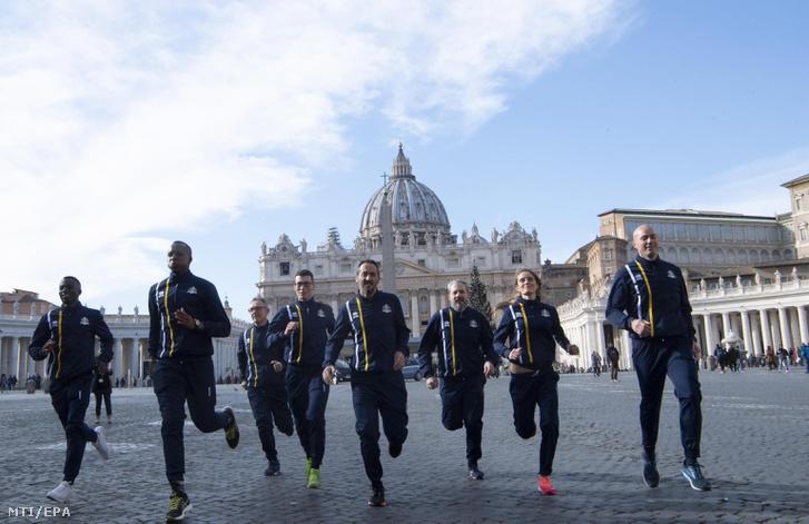 Az Athletica Vaticana a szentszéki sportklub tagjai futnak a vatikáni Szent Péter téren.