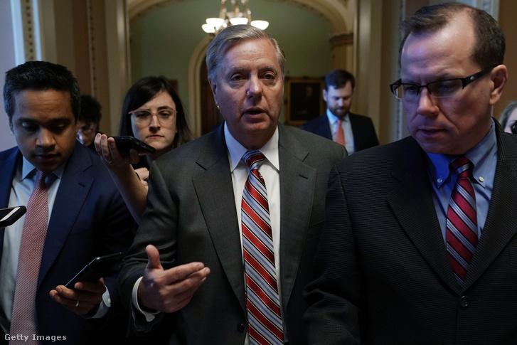 Lindsey Graham (középen) érkezik a Kapitóliumba 2019. január 10-én