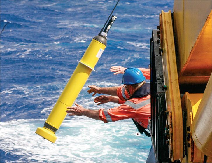 Tudósok lebegő műszert, az ún. Argo úszót dobják az óceánba. Több, mint 3000 eszköz biztosítja az adatokat.