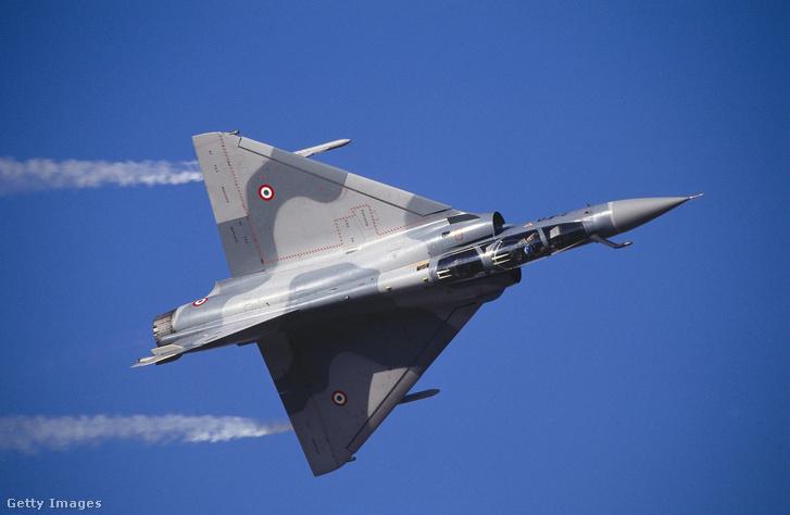 Illusztráció! Francia légierő Mirage típusú vadászbombázójának bemutatója Dubajban