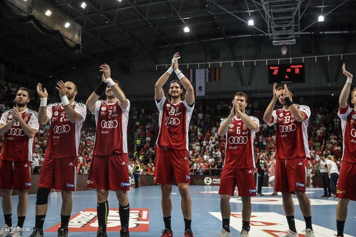 A magyar férfi kézilabda-válogatott tagjai ünnepelnek a Veszprém Arénában 2018. június 13-án