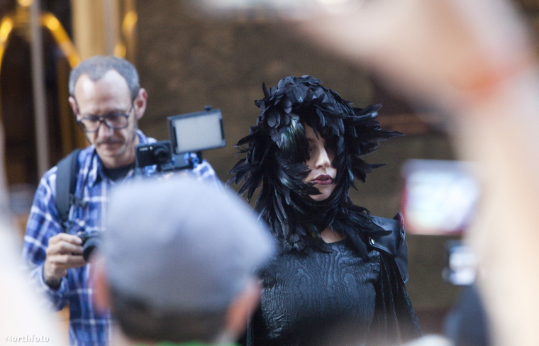 A Do What U Want című dalhoz a képen látható Terry Richardson készített videóklipet, akiről 2013-ban szintén tudni lehetett már, hogy valószínűleg sorozatos szexuális visszaélések száradnak a lelkén